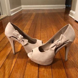 Nude/pale pink heel with bow. Size 7.5